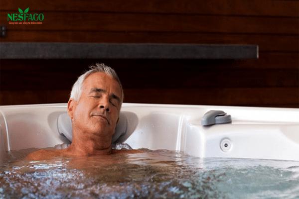 Người cao huyết áp không nên tắm nước lạnh, tốt nhất là 37 độ C.