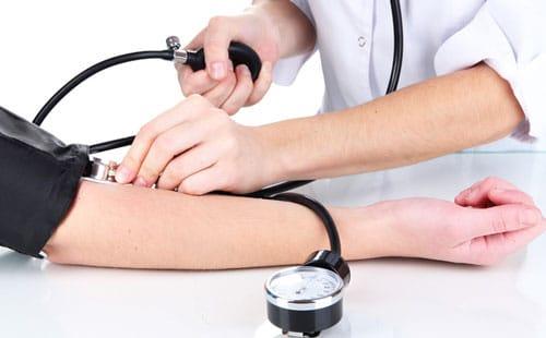 Tư thế đo huyết áp đúng cách rất quan trọng